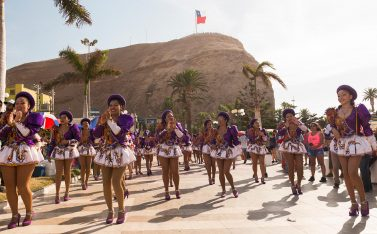 Imagen de un grupo de mujeres bailando danzas tradicionales en el Carnaval de Arica