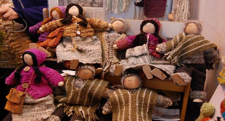 Las muñecas chilotas son un clásico de la Feria Chiloé Mujer 2018.