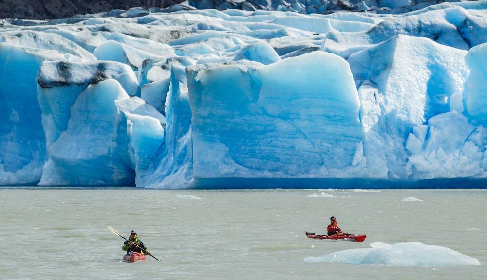Kayak por los glaciares de la patagonia. Chile es el mejor destino de turismo aventura del mundo