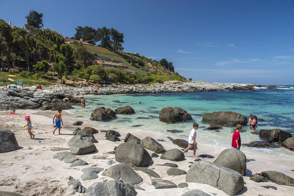 las mejores playas de Chile con agua cristalina y formaciones rocosas