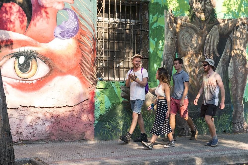 Caminar por el Barrio Yungai en verano en Santiago