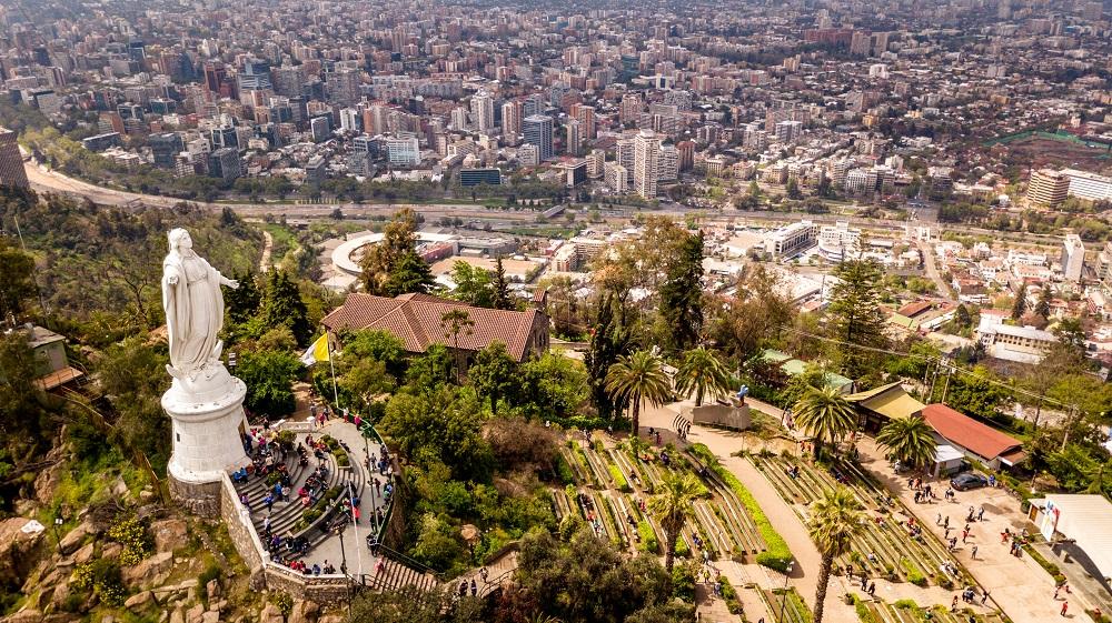 Vista del Cerro San Cristóbal en verano en Santiago