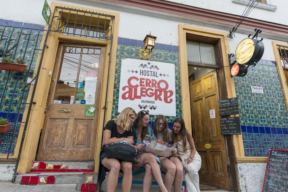Turistas disfrutando de las bondades del Cerro Alegre en Valparaíso