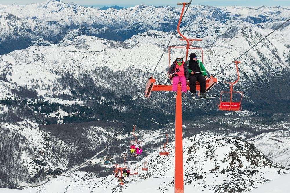 Hermosa vista de los Nevados de Chillan y de los turitas disfrutando de los andaniveles