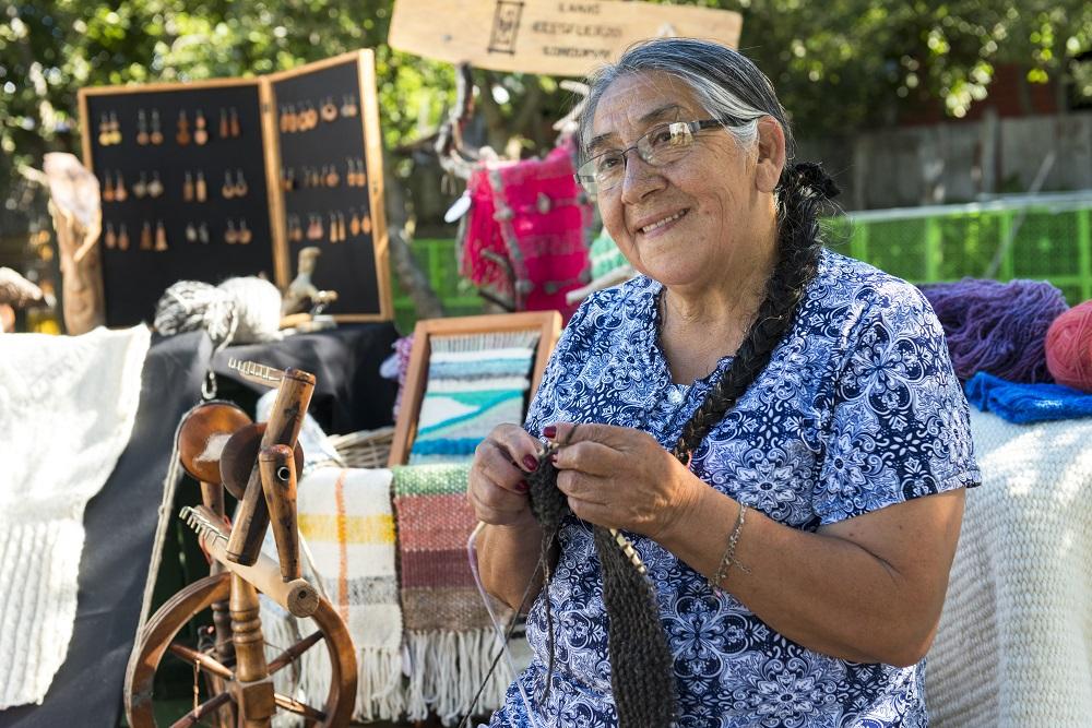 mujer indigena preservando sus constumbres a traves del tejido