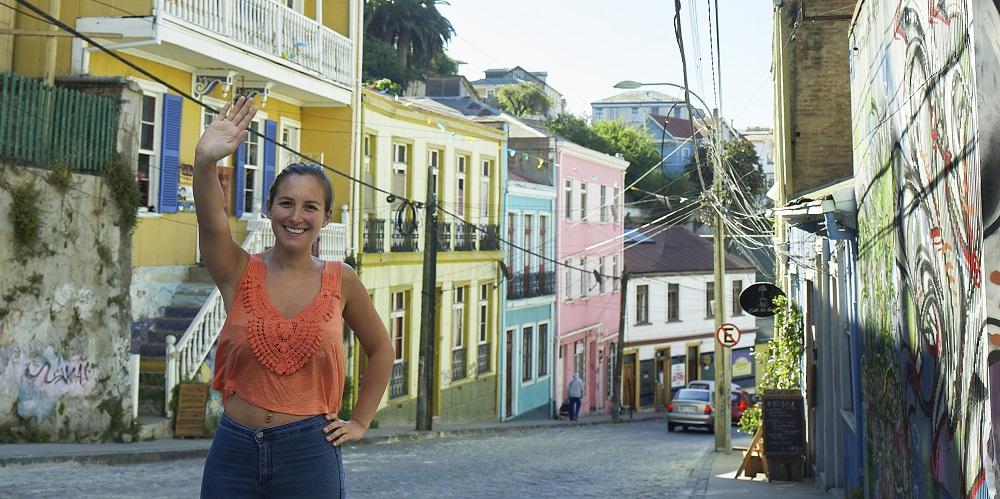 mujer disfrutando de la ciudad de Valparaíso