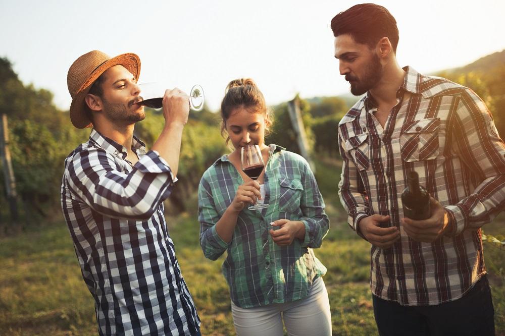 disfrutando de un vino chileno en fonda de fiestas patrias