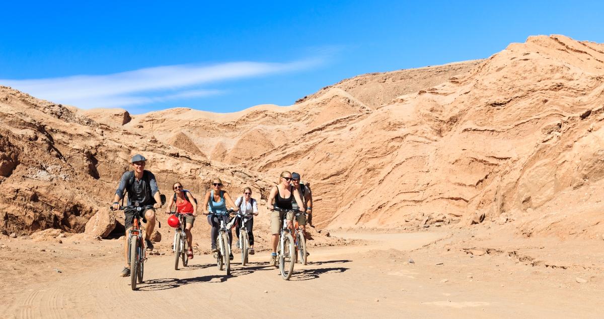 Imagen de un grupo de jóvenes recorriendo san pedro de Atacama en bicicleta