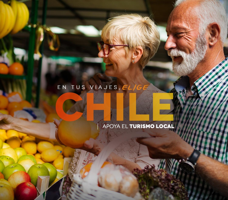 Imagen de dos abuelos comprando en el Agro de Arica