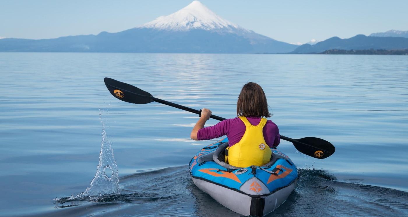 Imagen de una persona haciendo kayak en el Lago Llanquihue
