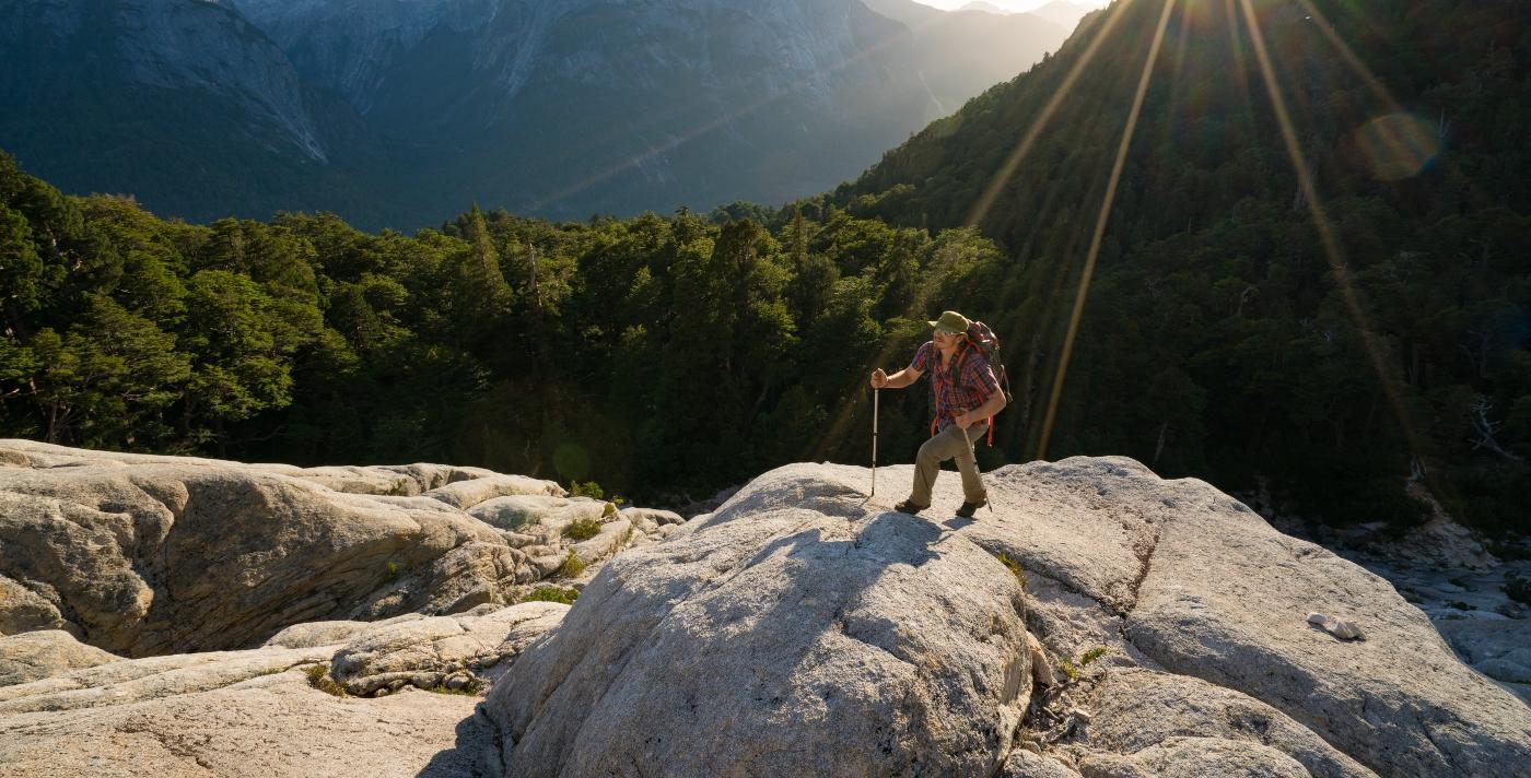 Imagen de un hombre realizando trekking en el sur de Chile