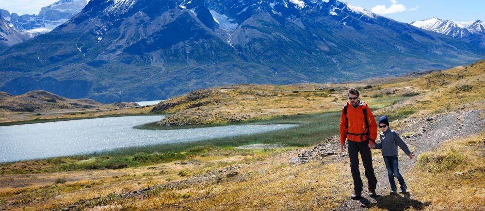 Imagen de unos turistas mirando los volcanes