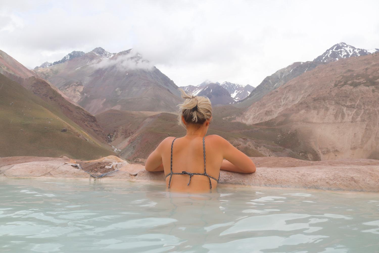 Imagen de una mujer en baños colina