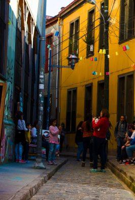 Imagen de una pareja caminando tomada de la mano por Valparaíso