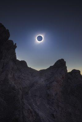 Imagen nocturna de un eclipse solar total en Chile