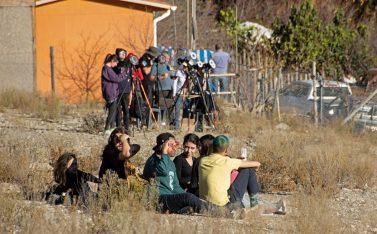 Imagen de un grupo de personas observando el eclipse solar 2019