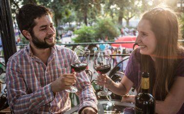 Imagen de una pareja de turistas brindando con vino chileno