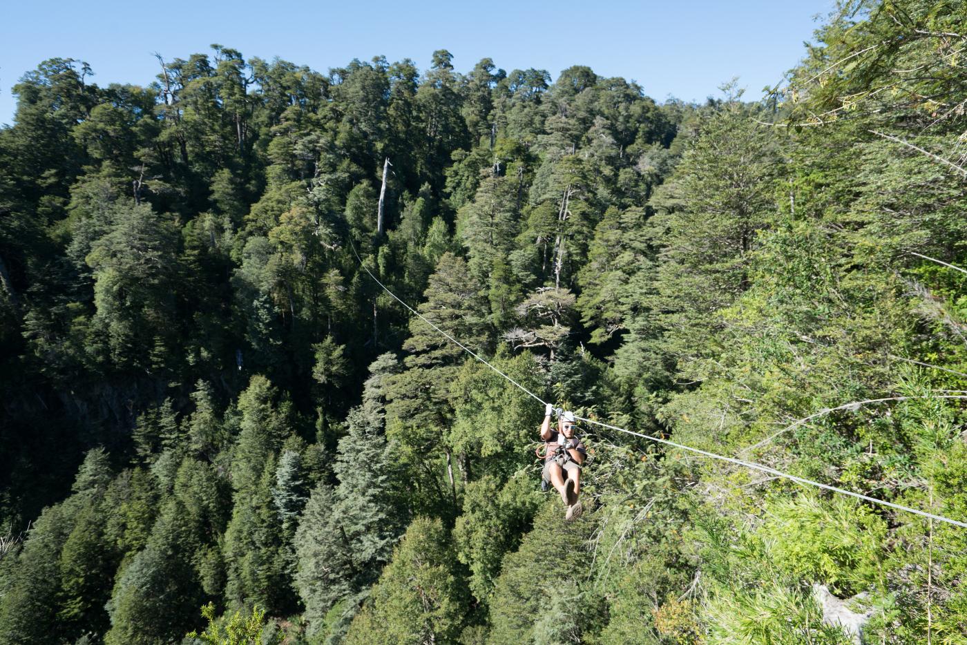 Imagen de un turista haciendo canopy