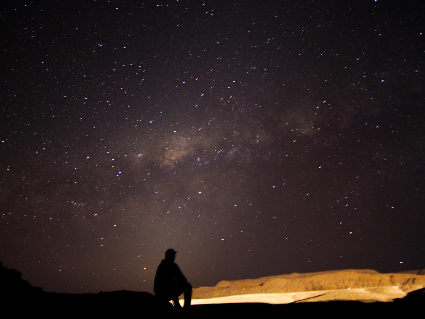 Imagen de una persona observando el cielo estrellado