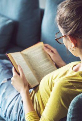 Imagen de mujer leyendo un libro