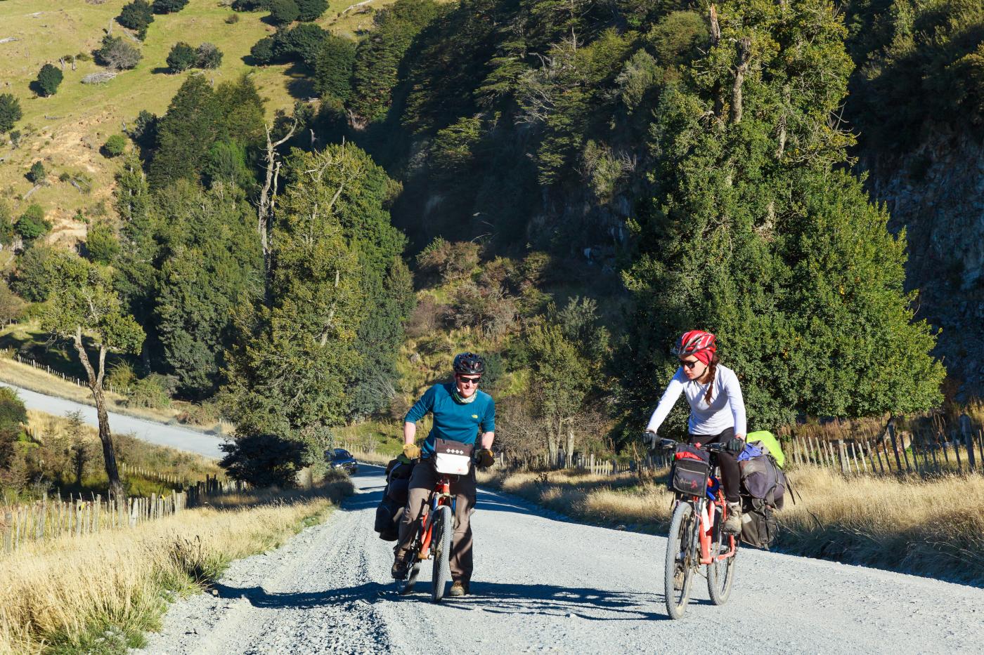 Imagen de bicicleteros en la carretera austral