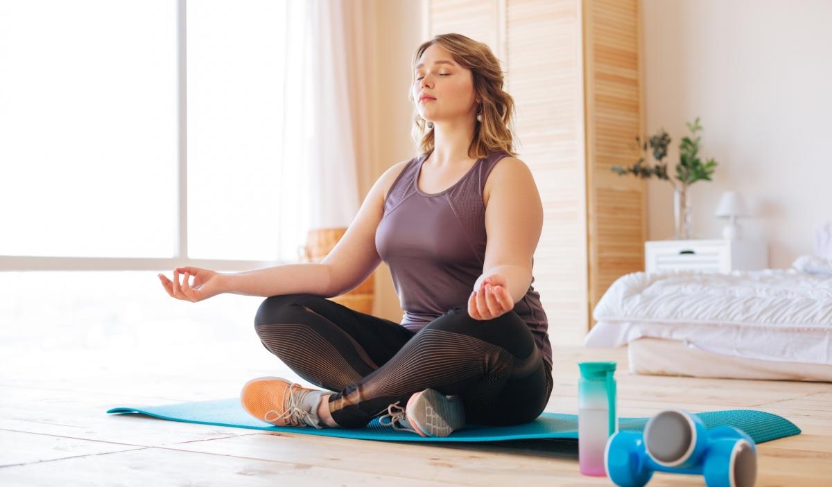 Mujer realizando clases de yoga