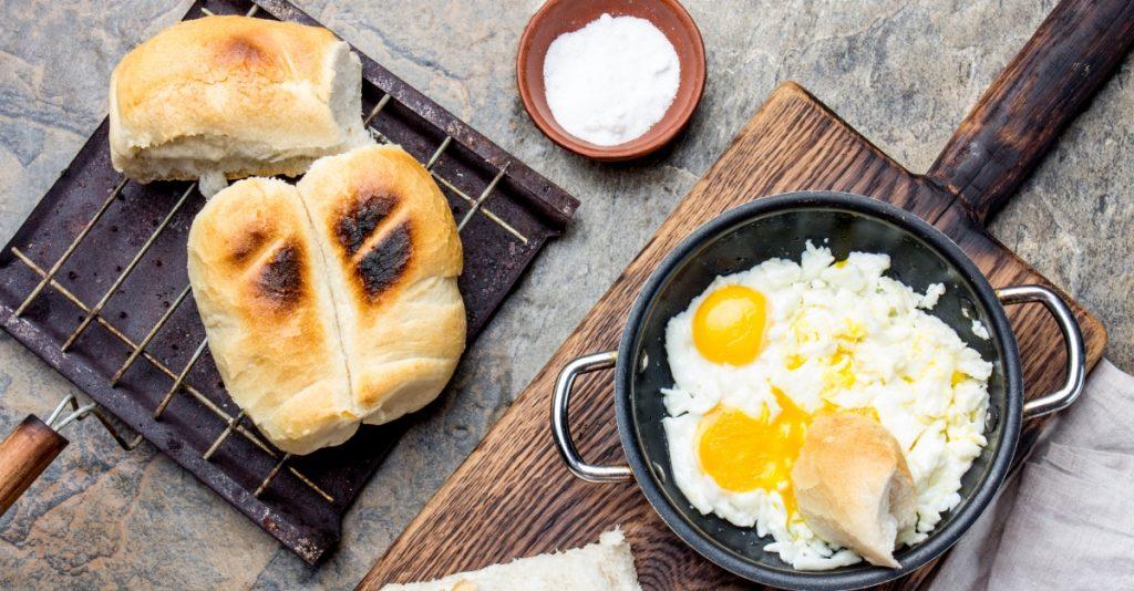 Imagen de una marraqueta tostada con huevo