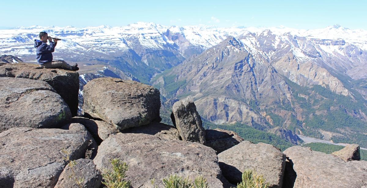 Imagen de un hombre observando la naturaleza desde la cima de Altos de Lircay