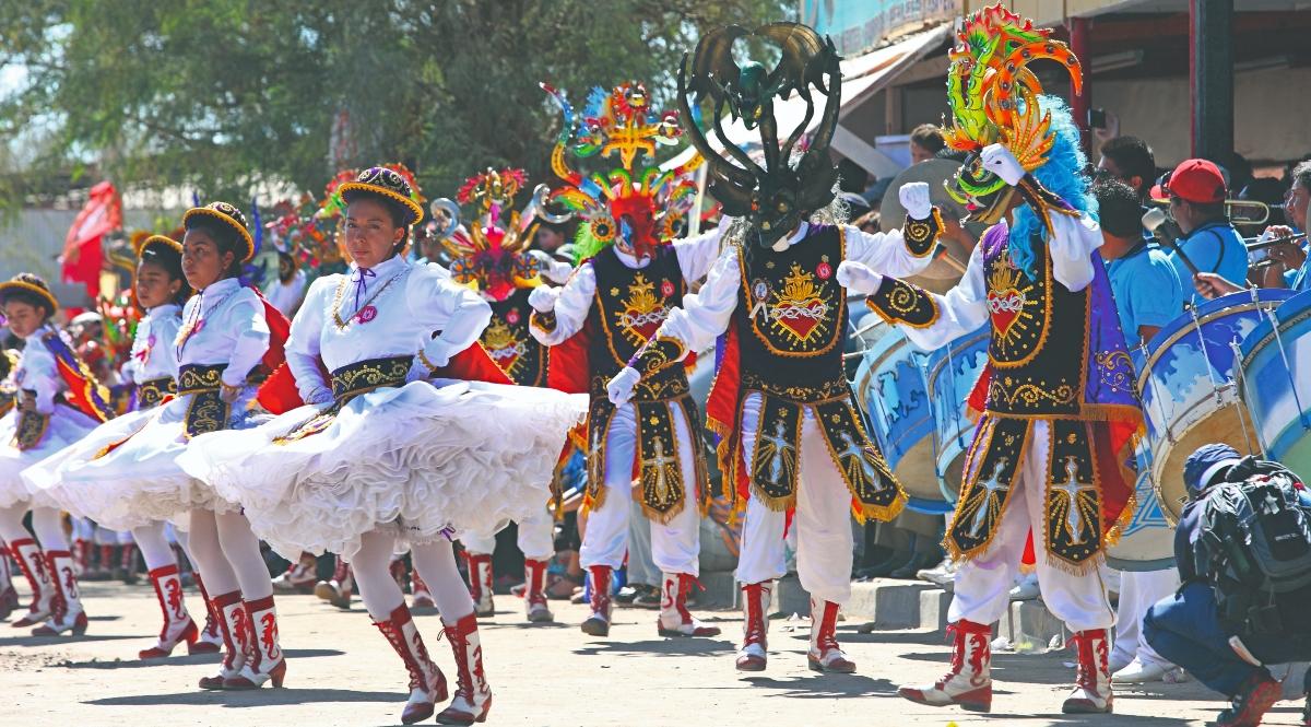 Imagen de un grupo de bailarines en medio de la Fiesta de La Tirana en el norte de Chile