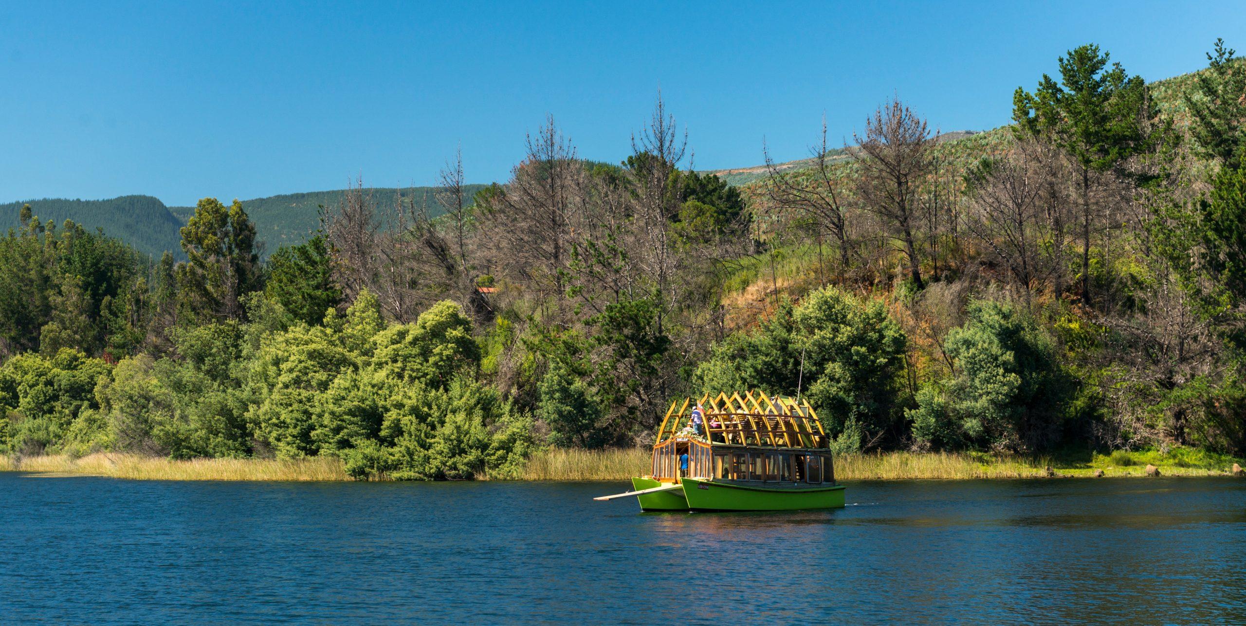 Imagen del Lago Lanalhue en un día soleado, donde se ve un catamaran en sus aguas