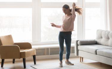 imagen de mujer bailando sola en su casa