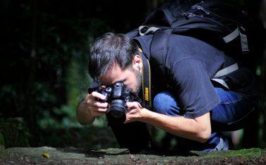 Hombre fotografiando la naturaleza