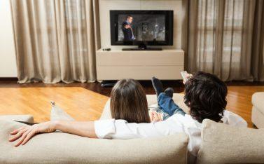 imagen de una pareja viendo películas en casa