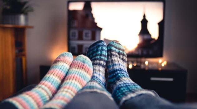 Imagen de los pies de dos personas que están viendo peliculas sobre Chile
