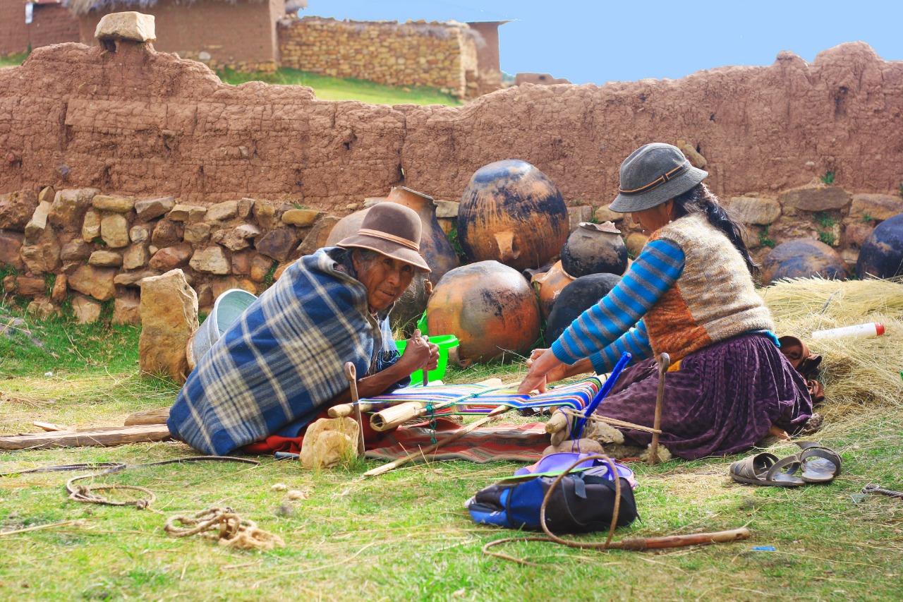 Imgen de dos mujeres aymaras tejiendo en el norte de Chile
