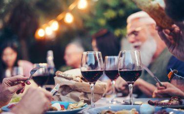 Imagen de un grupo de personas maridando sus comidas con vino chileno
