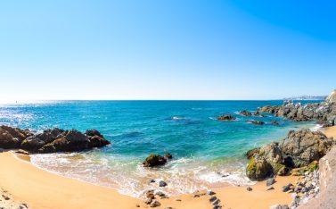 Imagen de la playa de Valparaíso en un hermoso día soleado