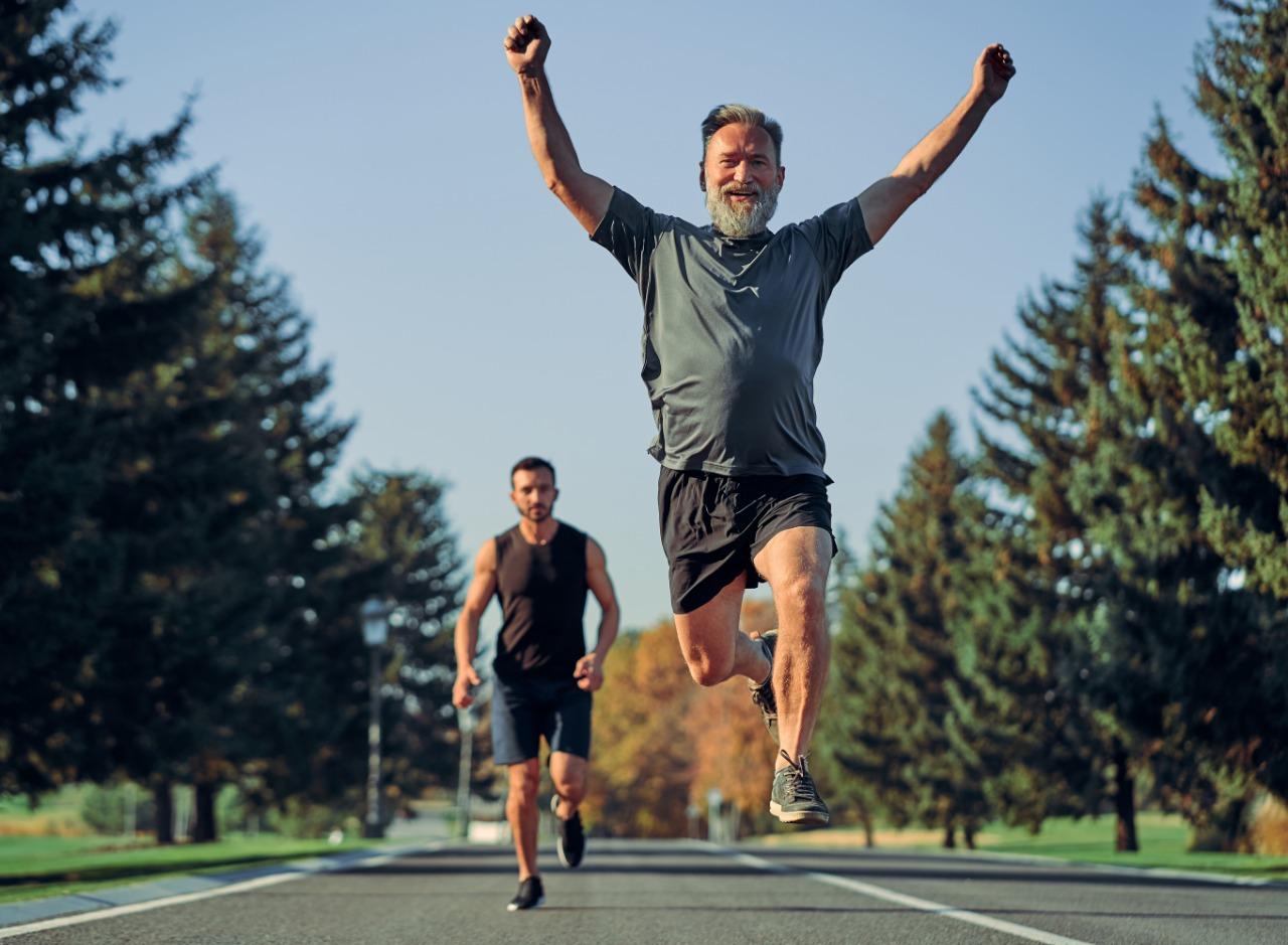 Imagen de un adulto mayor corriendo