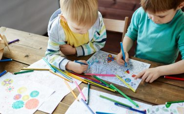 Imagen de niños pintando en casa