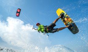 Imagen de un hombre practicando Kitesurf