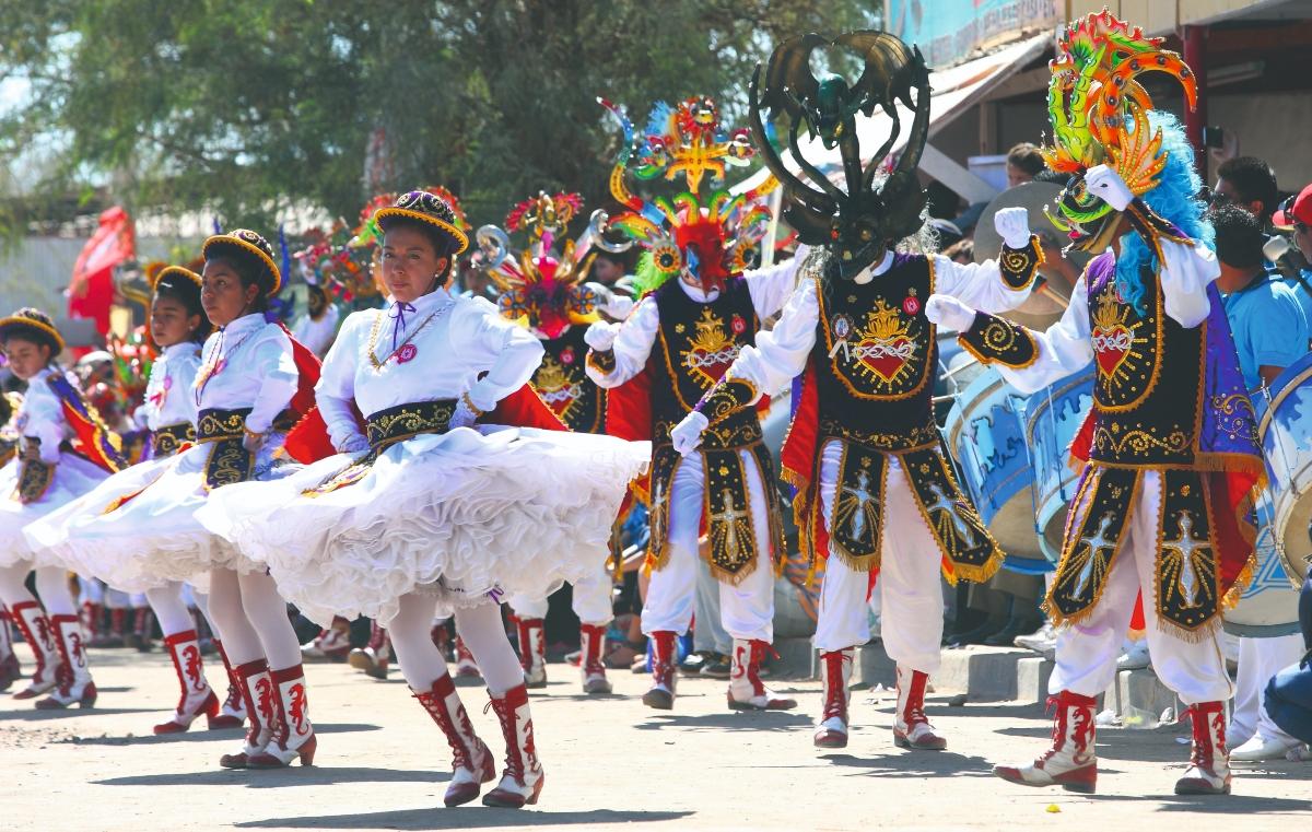 Imagen de un grupo de bailarines en la Fiesta de La Tirana