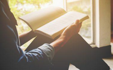Imagen de una persona leyendo desde su casa, un libro de los expositores de FAS