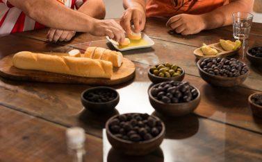 Imagen de personas degustando las aceitunas y aceites de la ruta de los olivos centenarios