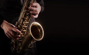 Imagen de un hombre tocando el Saxofón