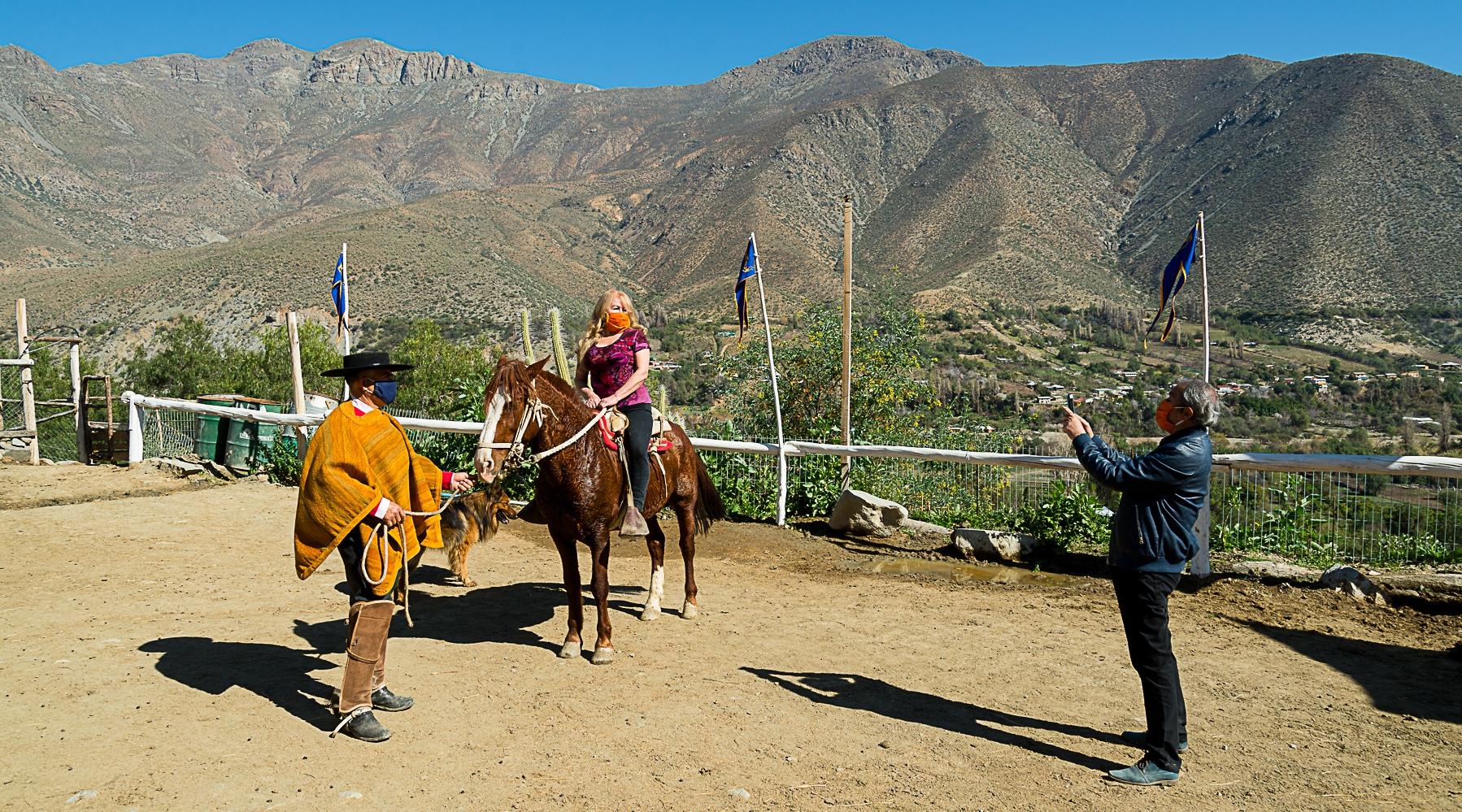 Imagen de turistas en la amansa de caballos Cuna del Sol