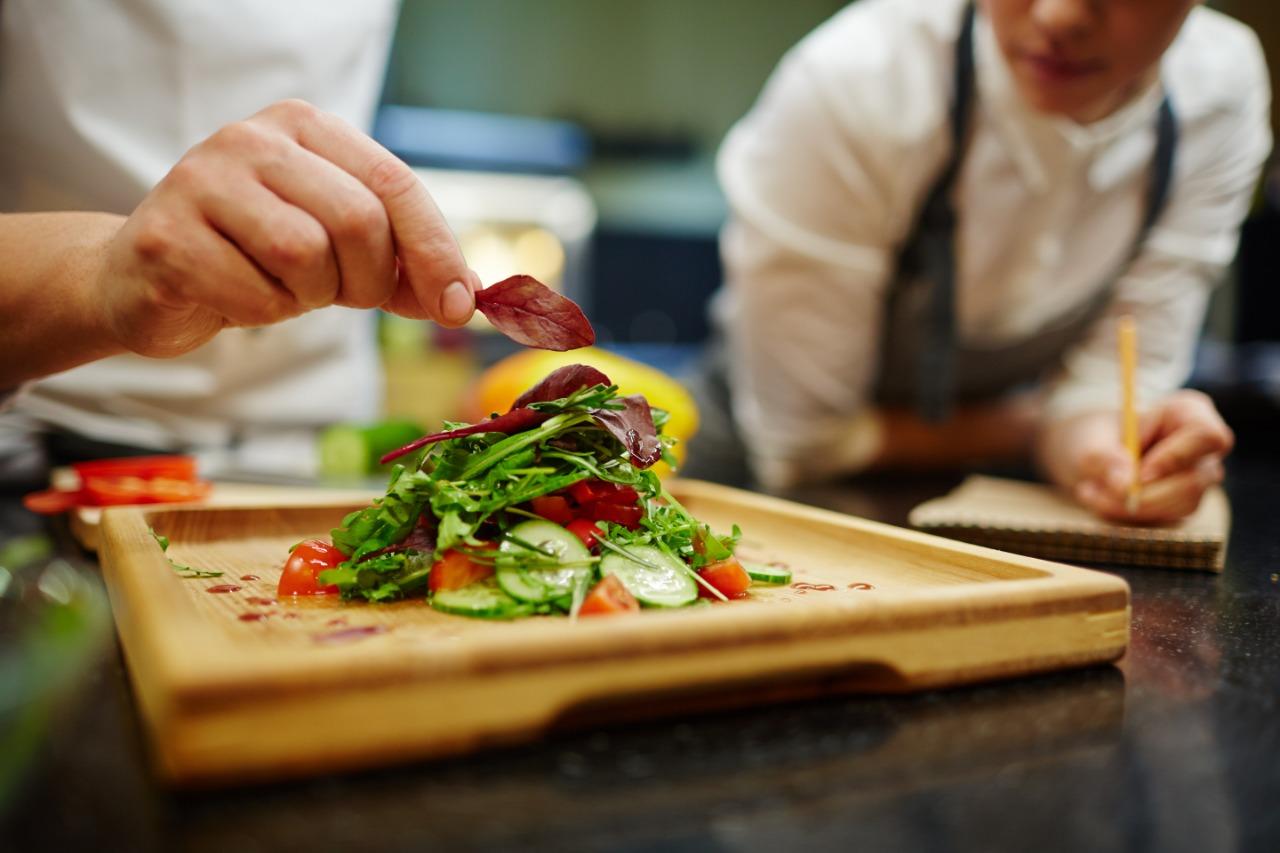 Imagen de un chef haciendo clases de cocina