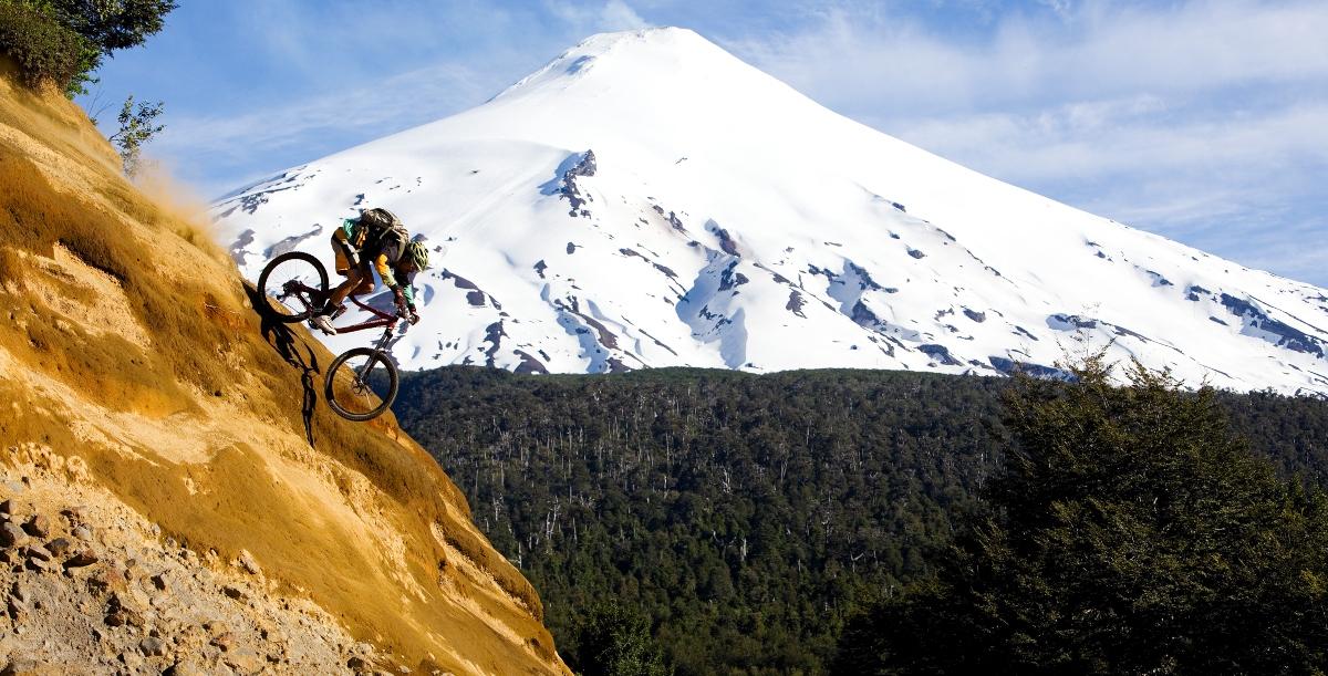 Imagen de un hombre practicando mountainbike en el sur de Chile
