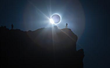 Imagen de un grupo de personas disfrutando de un eclipse total solar