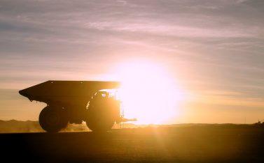 Imagen de un camión minero recorriendo Chile