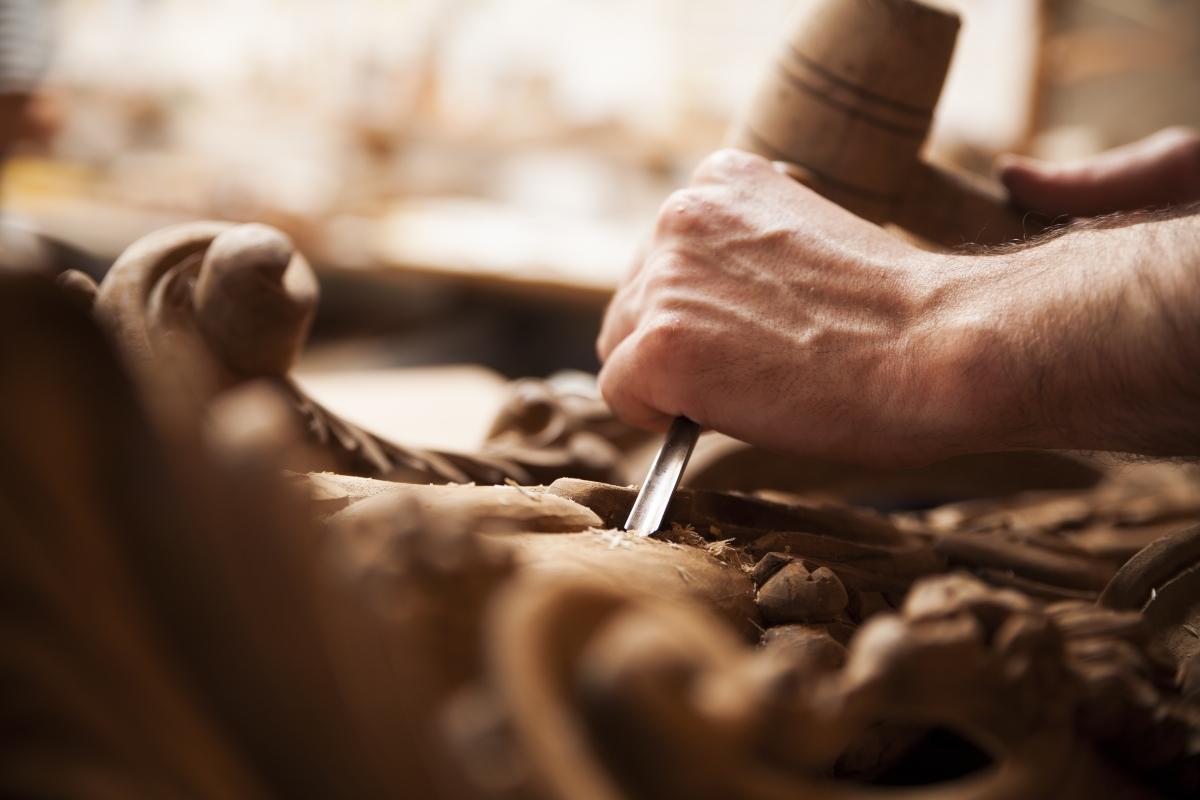 Imagen de un hombre tallando en madera
